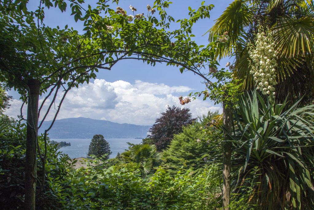 Giardino privato sul lago Maggiore: incorniciare la vista